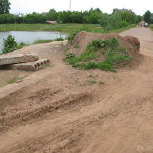 Дорога через дамбу (июнь 2011 года)