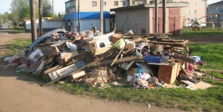Ст.Халтурина, 48: в окружении мусора...