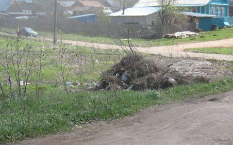 Куча рядом с дамбой на ул. Советской